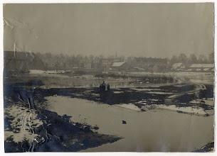 Photo: 1916 Kinderen op een overstroomd terrein door afvalwater afkomstig uit de sloot van de Jamfabriek