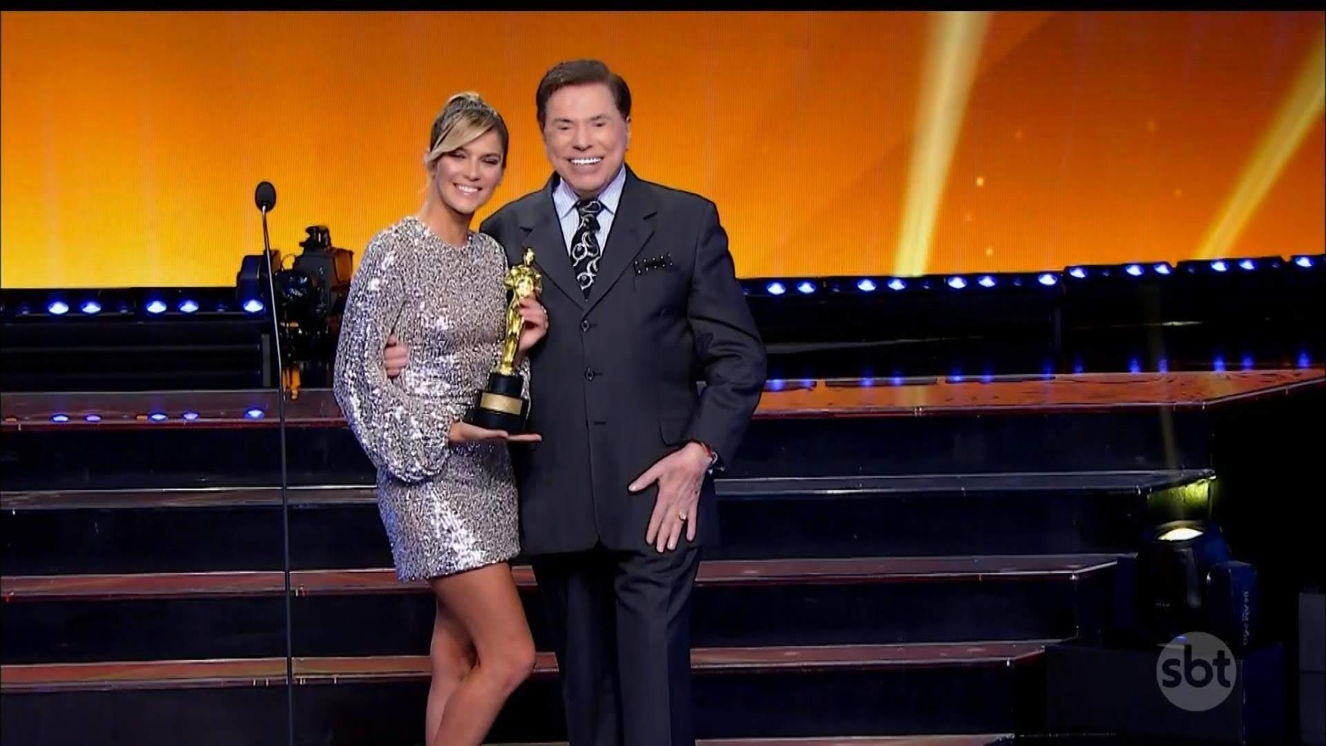 Isabella Santoni posa com seu troféu ao lado de Silvio Santos