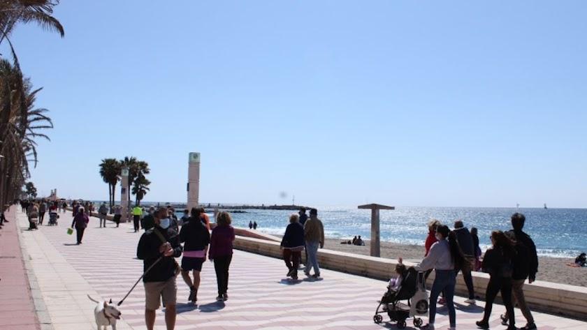 Los almerienses disfrutan del Paseo Marítimo.