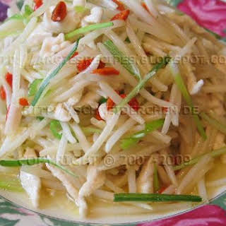 Stir-Fried Shredded Chicken and Beansprouts With Wolfberry.