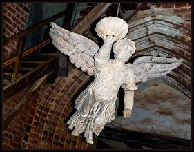 """Photo: Diesem Engel ist leider die Farbe abhanden gekommen: Vom hohen Gewölbe schwebten sie hinab in den Kirchenraum: Taufengel hatten sich im 18. Jahrhundert als ein typisch protestantisches Taufgerät in den Altarräumen der Kirchen eingebürgert. An Ketten aufgehängt, konnten die hölzernen Figuren mittels eines Zugsystems herunter gelassen werden. """"Die Taufe kommt von Gott"""" - diese Botschaft sollte über die Engel bildhaft transportiert werden"""", sagt Brigitte Becker-Carus. Wo befindet sich dieses ehemalige Prachtstück? https://goo.gl/831CzD"""
