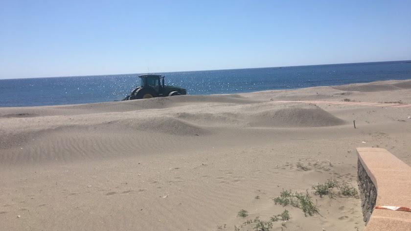 Las máquinas vuelven a trabajar en la playa del Lacón.