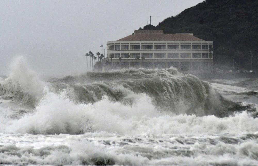Inwoners dring daarop aan om as stormbestryders die weste van Japan te ontruim