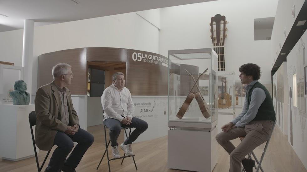 Los luthieres Carlos González y Gerundino Fernández hijo, en el Museo de la Guitarra.
