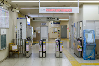 Photo: Ticket gates in a Japanese train station