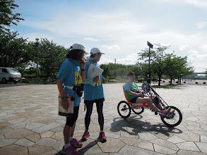 Photo: 試走用のバイクも到着。見守るみやちゃん&えっちゃん。