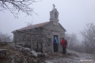 Photo: ... do cerkvice Sv. Urbana, ki stoji ob najvišji vzpetini na obrobju Krasa