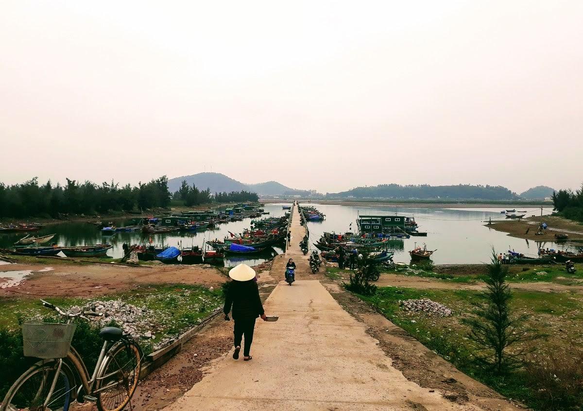Những ngày giáp Tết, tại xã Nghi Thiết, Nghi Lộc, nhiều tàu thuyền vẫn đang tích cực chuẩn cho kịp chuyến biển cuối năm