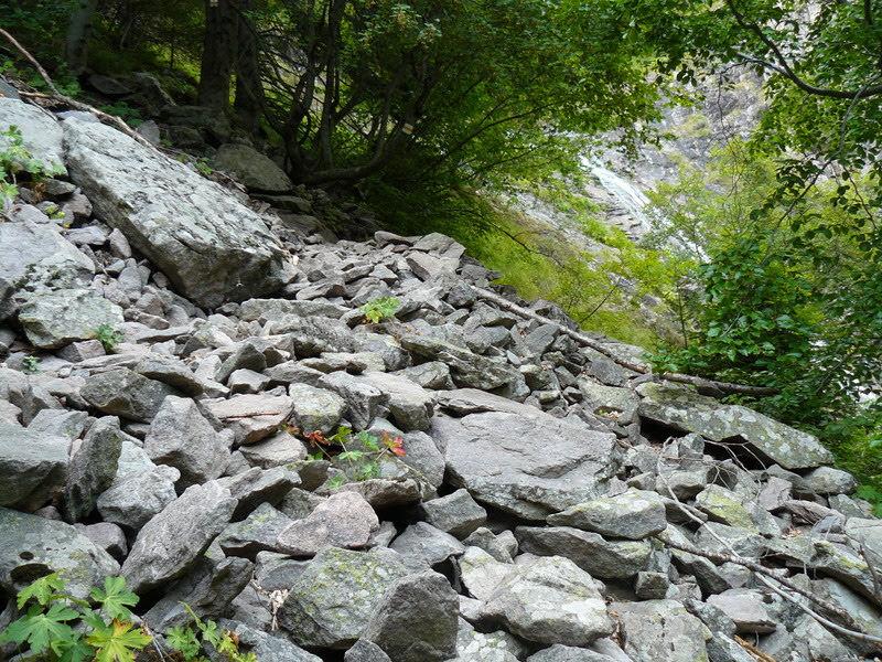 Каменисто спускане
