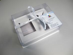 Photo: Caixa (9) Especial com tampa em plástico e um laço de fita. Possui moldes internos para canecas e copos, por exemplo.