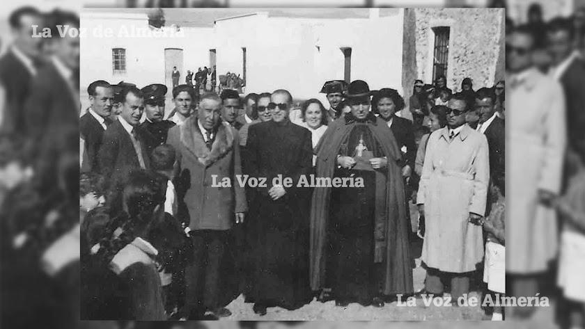 José Pozo Quesada con su zamarra de cuero con piel de borrego, inaugurando las casas de las Salinas de Cabo de Gata.
