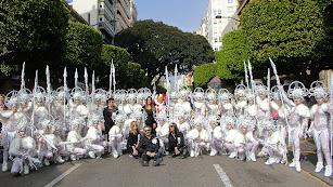 El grupo de baile Riá Pitá cerró brillantemente el Desfile de Carnaval. En la imagen junto al Dios Momo.