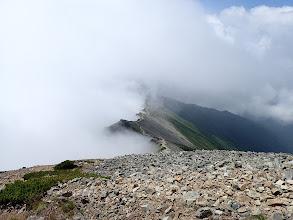 登ってきた稜線を望む