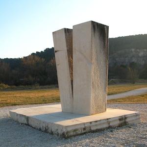 Monument commémoratif en pierre calcaire de Tavel de la catastrophe du 22 septembre 1992 a Vaison la Romaine vaucluse Provence France