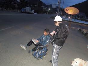 Photo: 速いランナーが209キロ付近、長野県川上村のスーパー、ナナーズ前に到着し始める。一人一人ログを手帳につけるサッキー。