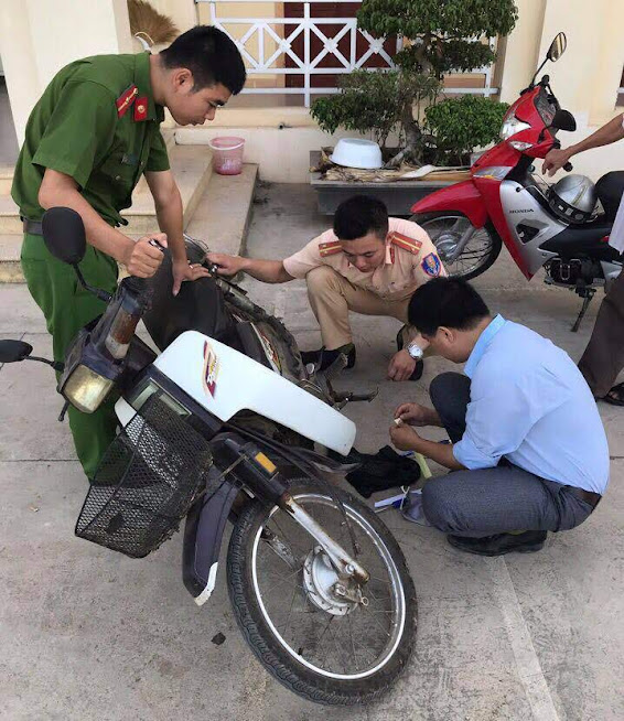 Kiểm tra số khung số máy tiến hành các thủ tục đăng ký xe máy