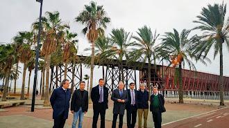Foto de familia tras la firma frente al Cable Inglés.