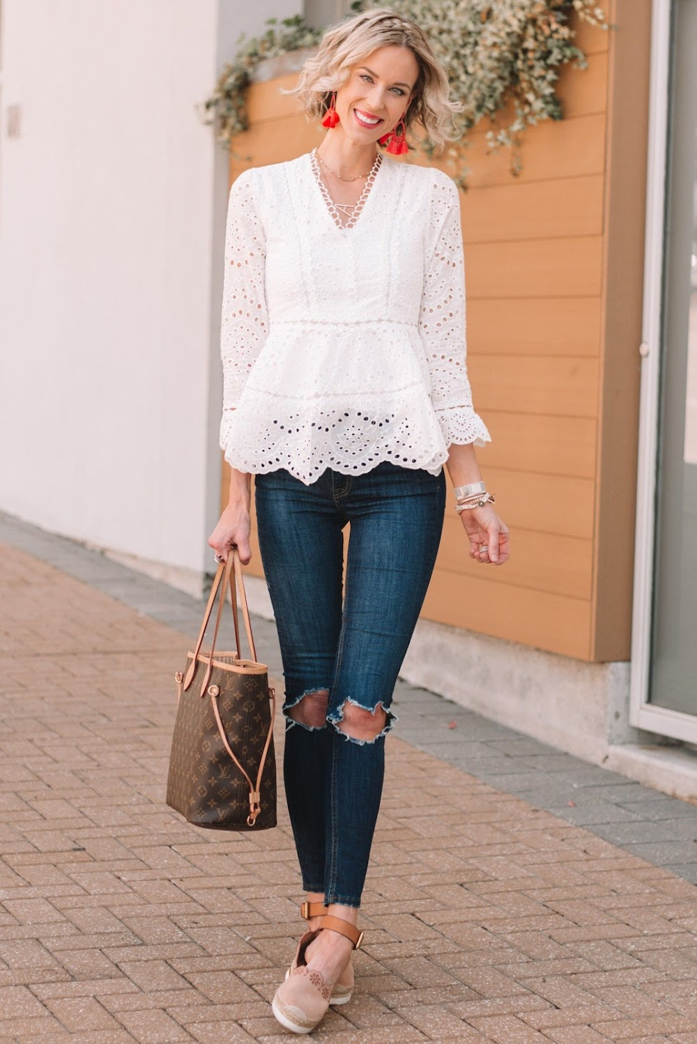 best-valentine-day-outfits_white_eyelet_top_skinny_jeans