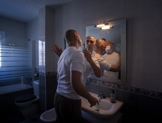 El fotógrafo se afeita a sí mismo en el cuarto día de confinamiento.
