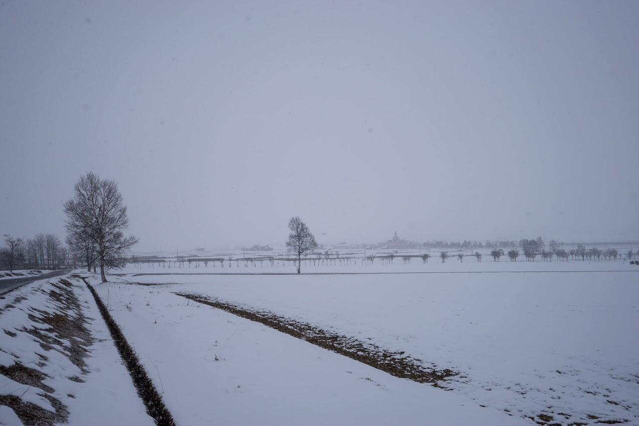 白い雪に霞む風景