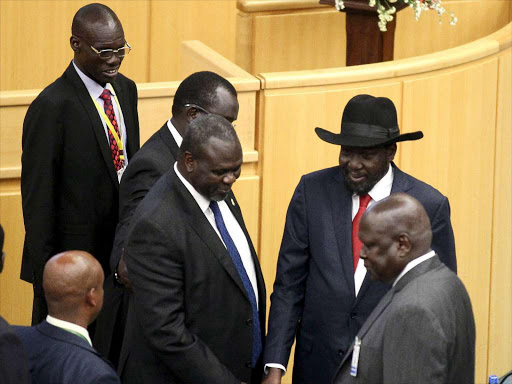 South Sudan's rebel leader Riek Machar (C) shakes hand with South Sudan's President Salva Kiir (black hat) during a peace signing attended by leaders from the region in Ethiopia's capital Addis Ababa, August 17, 2015. Photo/REUTERS