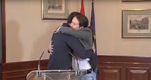 Sánchez e Iglesias se dan una abrazo tras la firma del documento.