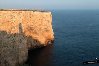 Photo: 16: La silueta del Faro reflejada en el acantilado.