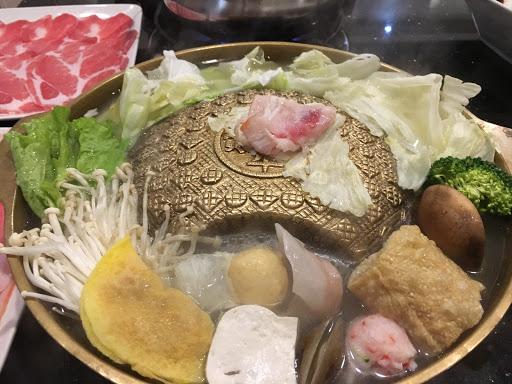 韓式銅盤烤肉-豬五花 配菜份量等於是小火鍋的份量再少一點  不過肉片多 笨蛋也會烤 但味道到什麼程度則靠自己功力   回購率:76%