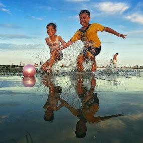 Catch the Pink Ball by Alit  Apriyana - Babies & Children Children Candids ( pwcsummerfun )