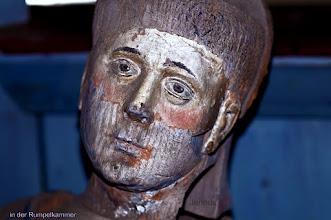 Photo: Diese geschnitzte Figur eines Heiligen oder Bischofs steht in der Rumpelkammer der Dorfkirche. Das Prachtstück ist relativ leicht zu restaurieren - aber es fehlt noch das Geld für den Restaurator.
