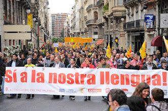 """Photo: 28/04/2012. Manifestació del 25 d'Abril a València, convocada per Acció Cultural del País Valencià i altres entitats cíviques i sindicats, però enguany encapçalada pels col·lectius d'estudiants que prenen el protagonisme de la marxa, sota el lema """"O ens recobrem en la nostra unitat, o serem destruïts com a poble"""". Darrere la pancarta d'Acció Cultural sota el lema """"Sí a la llengua"""" portat per Eliseu Climent (ACPV), Paco Molina (CCOO), Tonetxo Pardñas (El Micalet), Vicent Mauri (Intersindical), Vicent Moreno (Escola Valenciana), Pepa Llorca (UGT), Enric Valero (Ca Revolta), entre altres. Fotos: PRATS i CAMPS."""