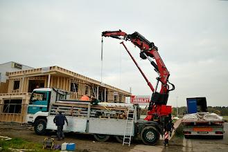 Photo: 09-11-2012 © ervanofoto Intussen zijn de mannen van Berchthold Holzbou volop bezig de werf op te ruimen.