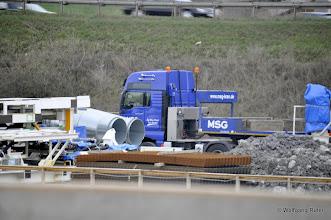 Photo: Abgeladene TBM-Komponenten und Schwerlasttransporter