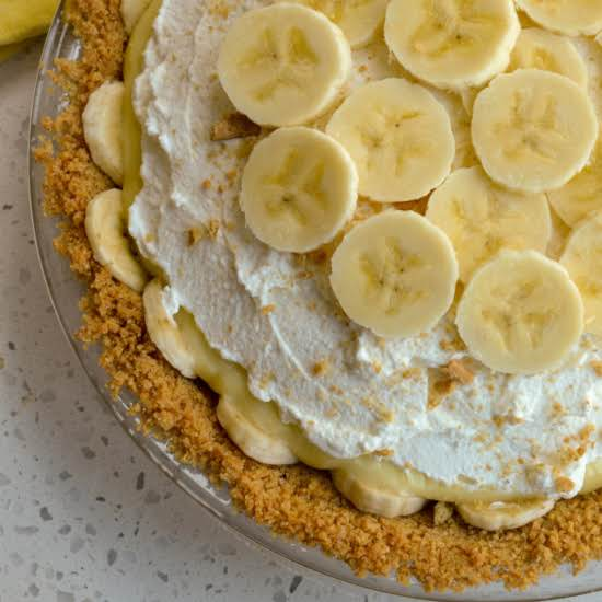 A Scrumptious And Easy Fresh Banana Cream Pie With Graham Cracker Crust And A Fresh Whipped Topping.  This Is A Banana Lovers Dream Come True.