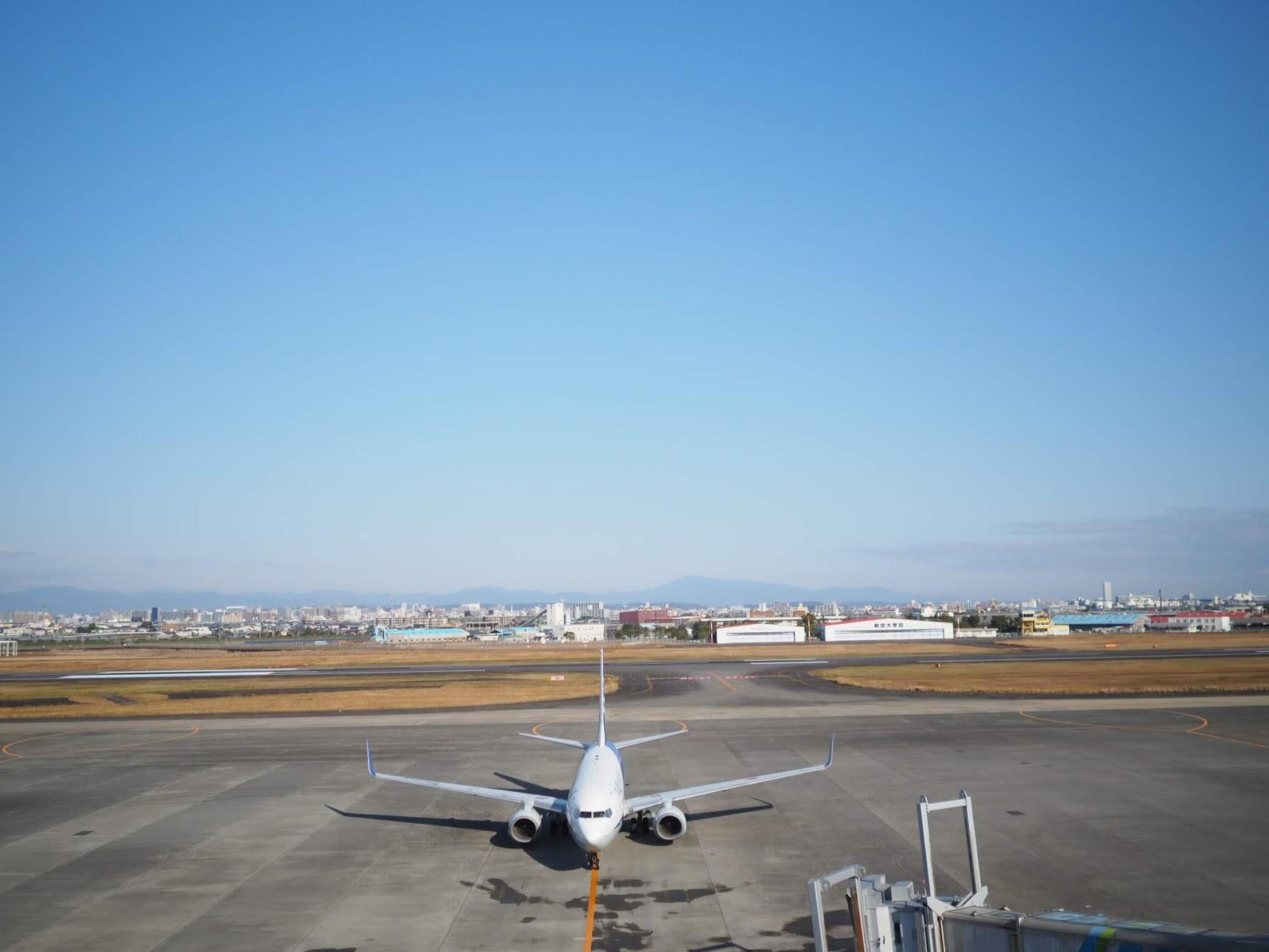 搭乗口に近づく飛行機