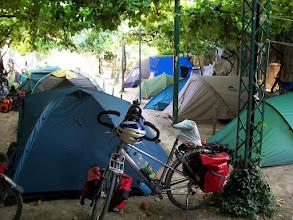Photo: eind van de middag is de camping vol met trekkerstentjes.