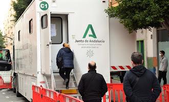 Unidad móvil de cribados poblacionales en la calle Granada