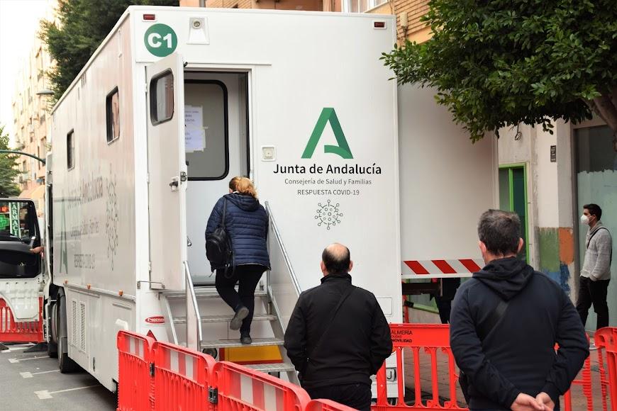 Primeros test en la mañana del viernes en la unidad móvil de la calle Granada.
