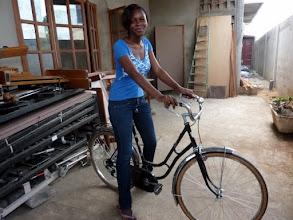 Photo: Maryse, fille aînée de Perpétue et Marcel Houinato, sur un vélo que la donatrice reconnaîtra vite