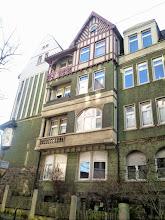 Photo: Eckhaus an der Buscheystraße und ein Nachbarhaus von der Christian-Rohlfs-Straße aus gesehen. Als wenn's im Garten ständ'!