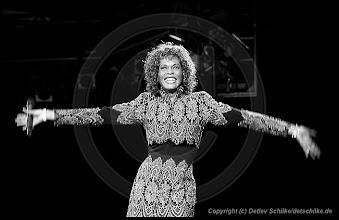 Photo: Whitney Houston Wuhlheide Berlin 23.06.1998 [ copyright © Detlev Schilke, Postfach 350802, 10217 Berlin, Germany, Mobile: +49 (0)170 3110119, photo@detschilke.de, www.detschilke.de - Jegliche Nutzung nur gegen Honorar, Urhebernachweis und Belegexemplare. Only editorial use, advertising after agreement! Beachten Sie meine AGB unter: http://www.detschilke.de/terms.html ]