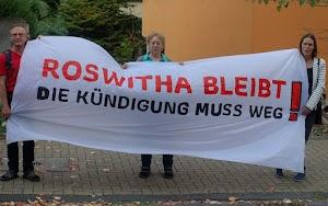 Demonstrationsteilnehmer halten ihr Transparent. «Roswitha bleibt!», «Die Kündigung muß weg!».