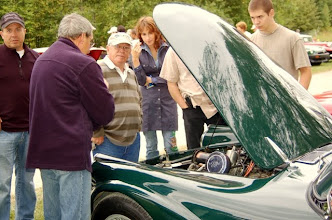 Photo: On regarde sous le capot de la Daimler