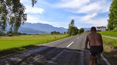 Photo: Die ersten 70 km heute verlaufen flach entlang Attersee und Mondsee. Eine traumhafte Kulisse.
