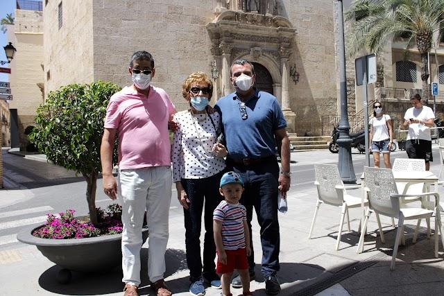 El primer suboficial mayor de Zapadores de La Legión, con su nieto y junto al General de División, Julio Salom, y su madre.