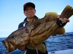 """Photo: やったぜー! 5kgのアラキャッチだーっ! すごいぜ、""""戸田さん""""! インチクでとったどー!"""