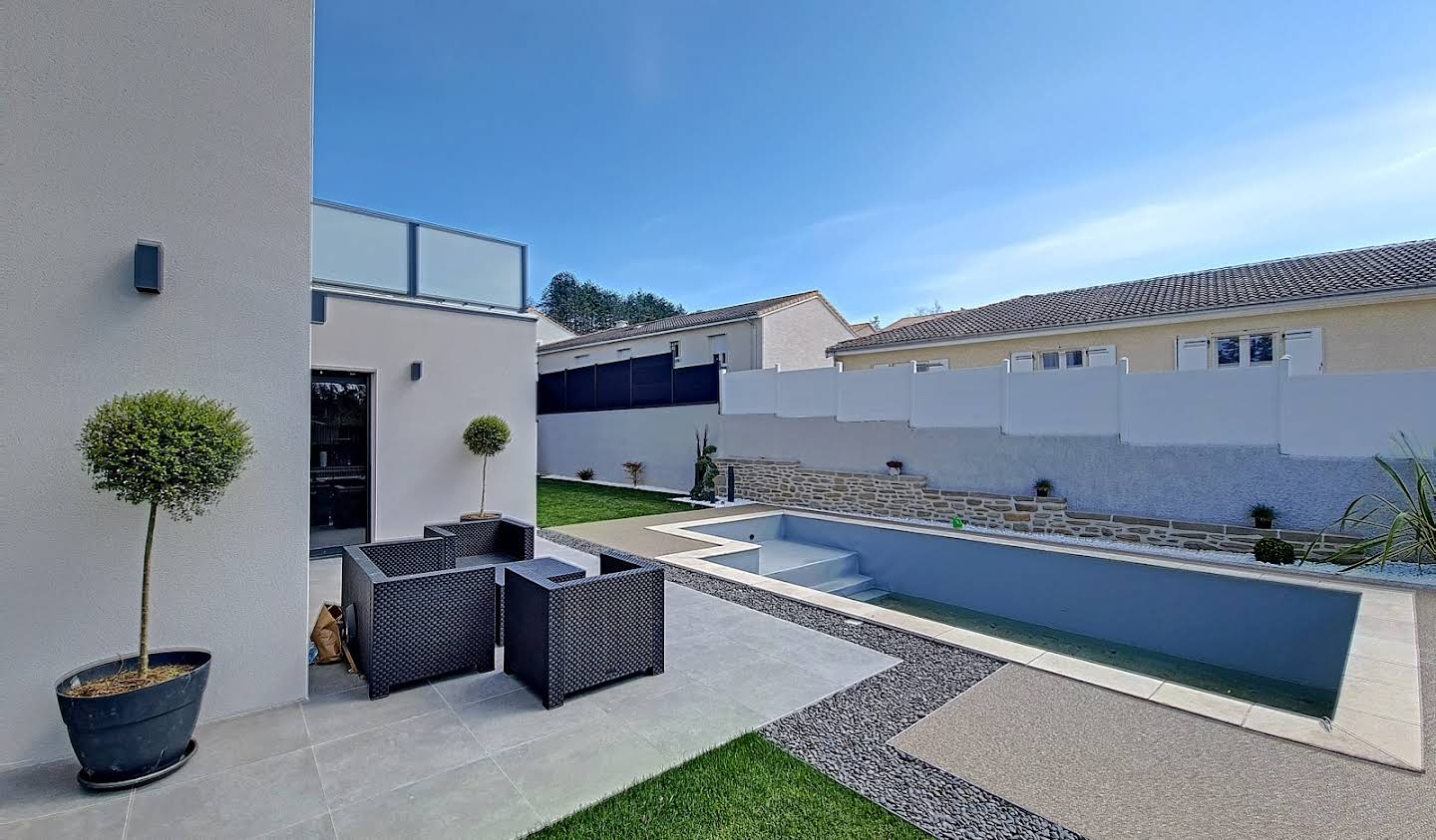 Contemporary house with pool and garden Peyrins