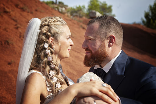 Labtec Prod | Vidéaste mariage | Photo couple dans les terres rouges.  Aix en provence