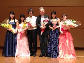 Photo: 出演者集合写真、中央左 原佳大(Pf) 中央右 カールマン・ベルケシュ(Cl)