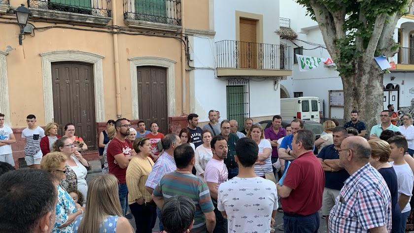 Vecinos de Alhabia exponen sus preocupaciones al alcalde (de rojo a la derecha).